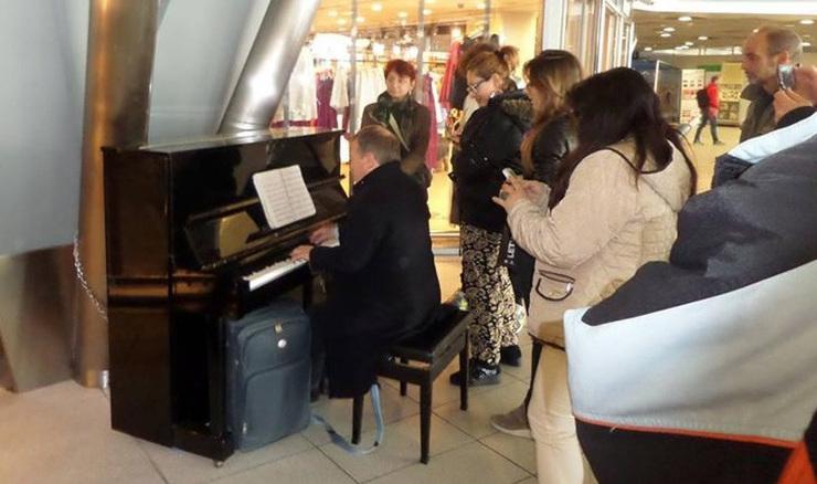 archeologia come un pianoforte in stazione